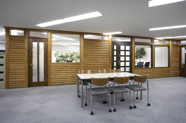 本物の丸太を使った風合いあるオフィス