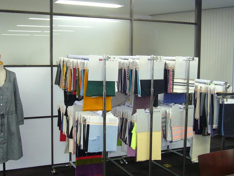 服の表情を生かしたシックなオフィス