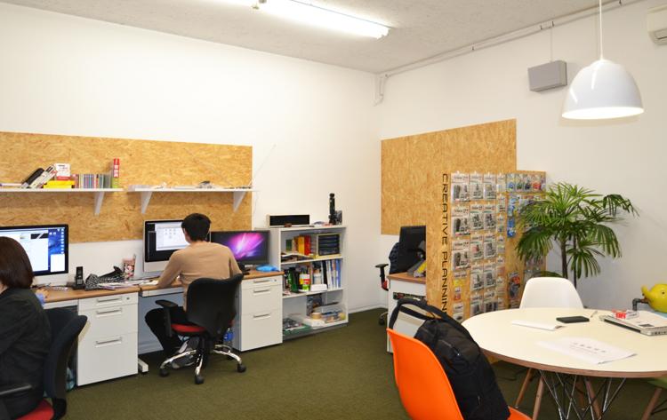 中学校を改修した施設にある地下オフィス