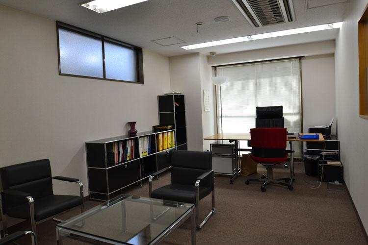 大きな看板のあるオフィス