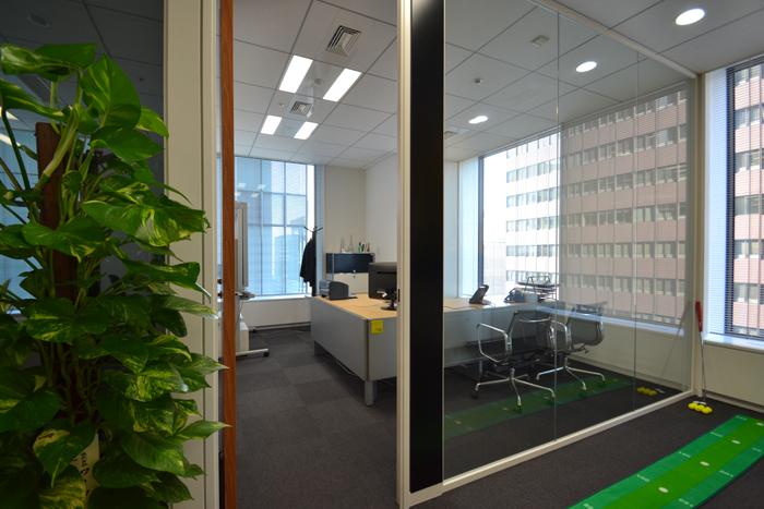 ガラスの壁で居心地の良いオフィス