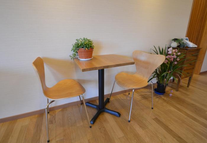 素材をふんだんに楽しむアットホームなカフェ風オフィス