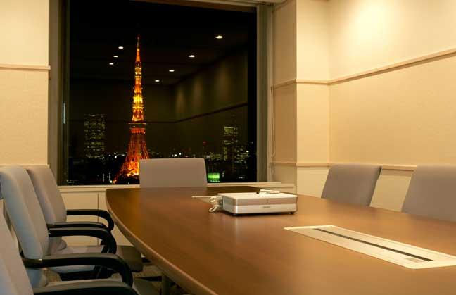 壁面を白系にして清潔感のある明るいオフィスに!