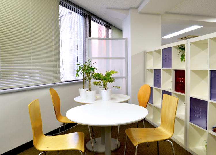 シンプルさの中に重厚感のあるオフィス