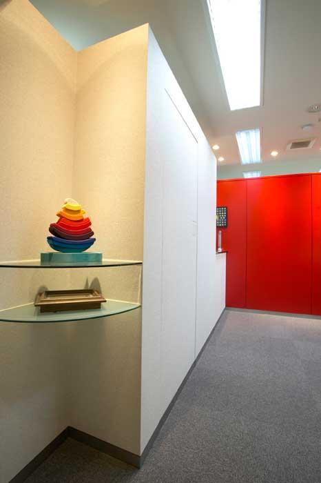 壁とドアの一体化の要望に応えた赤壁と白壁の空間!