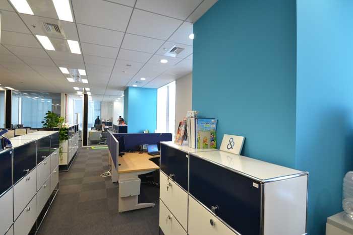 コーポレートカラーを基調としたオフィスを模様替え