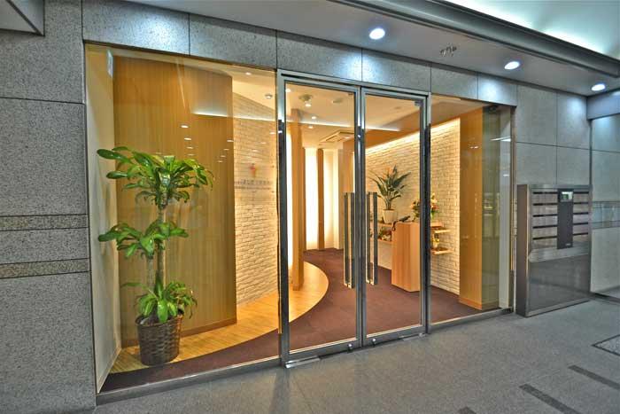 お客様に安心感を感じられる暖かいオフィスデザイン