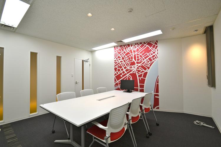 """""""世界の都市""""をテーマにした親近感が湧く優しいオフィスデザイン事例"""