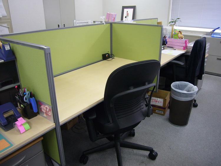 ポップな赤で企業ブランディングを意識したオフィスデザイン事例