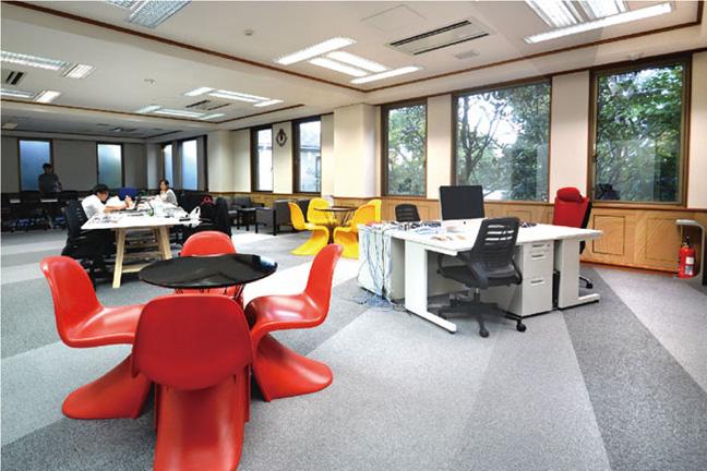 パントンチェアが個性的な空間を作り出しているオフィスデザイン事例