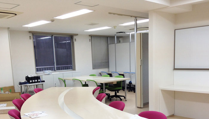個性的な形のフロアを造作家具でレイアウトしたオフィスデザイン事例