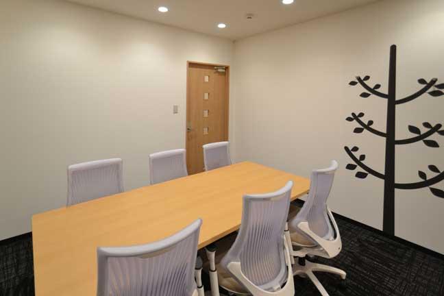 お洒落なカフェ風リフレッシュスペースが自慢のオフィスデザイン事例
