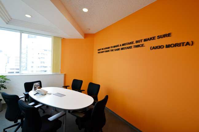 企業ブランディングと個性を兼ね備えた外資系のオフィスデザイン事例