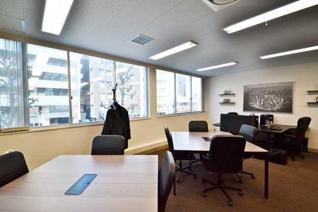 DIYとプロのアイデアで愛着湧く空間を作ったオフィスデザイン事例