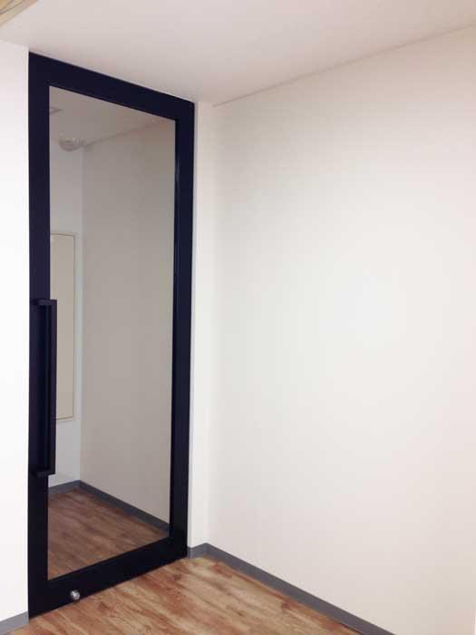 ブリックタイル壁がスタイリッシュなオフィスデザイン事例