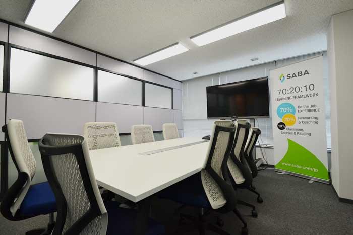 ダウンライトと見切材でシャープな印象を与えるオフィスデザイン事例