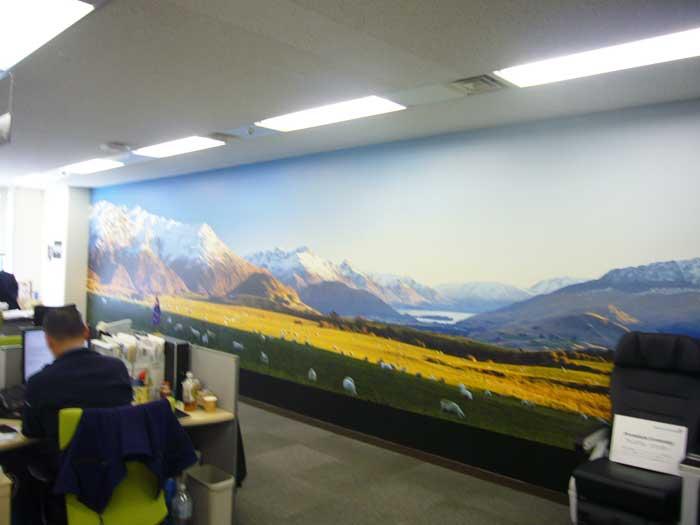 企業カラーのブラックを多様したブランディングオフィスデザイン事例