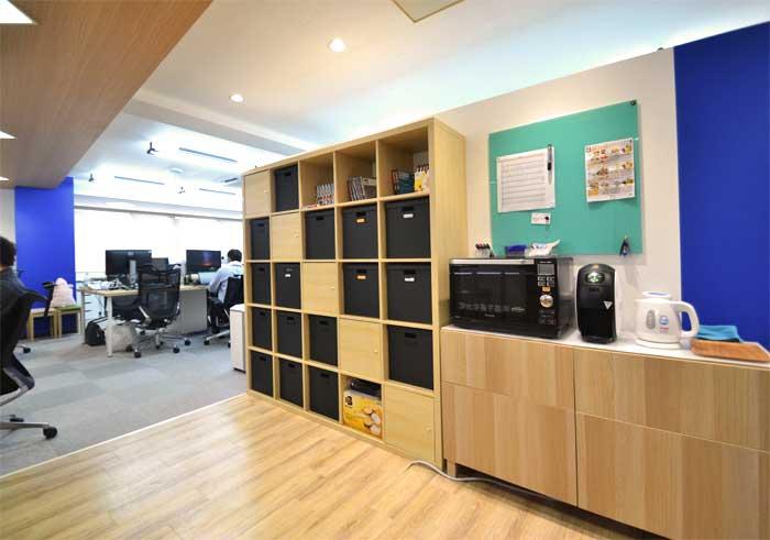 コンパクトでも素敵なリフレッシュルームがあるオフィスデザイン事例