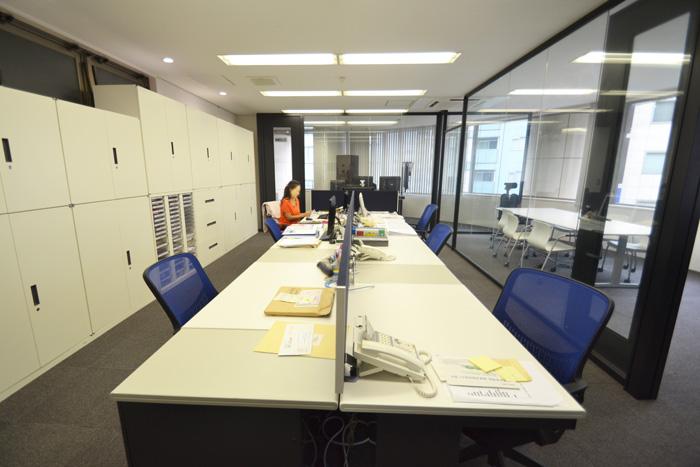 全面ガラスと壁かけTVでオープンな空間を実現したオフィスデザイン事例
