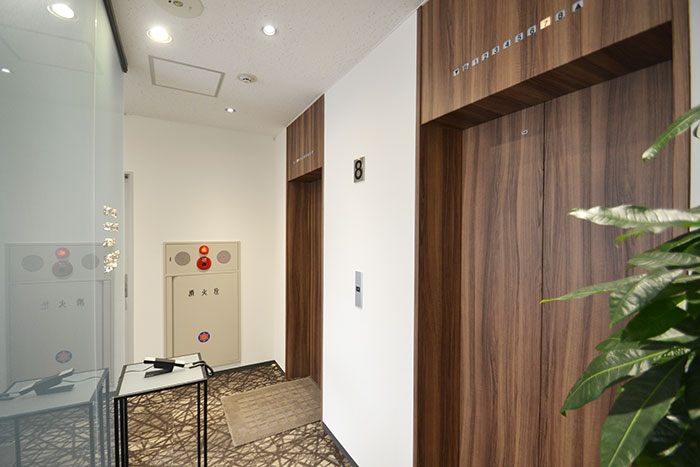 イームズアルミナムチェアを使った高級感のあるオフィスデザイン事例