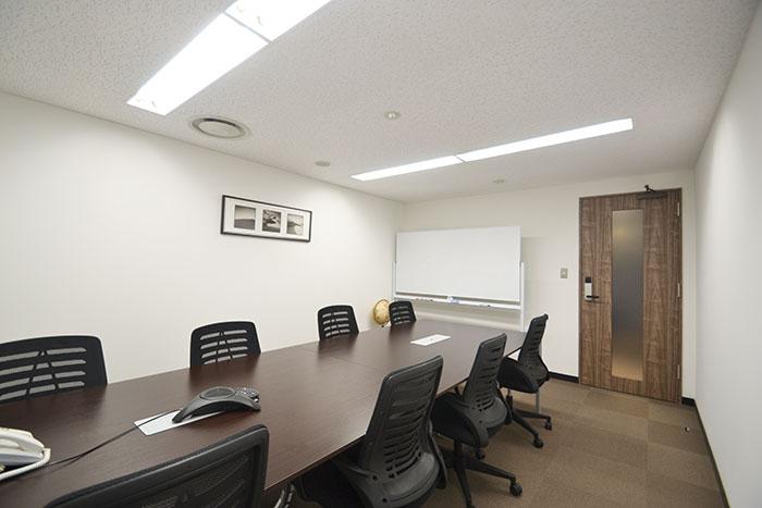 大理石調タイルで品格増すエントランスに改装したオフィスデザイン事例