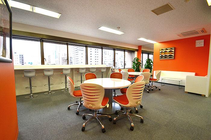 特殊な床工事でオリジナルドアを創作したオフィスデザイン事例