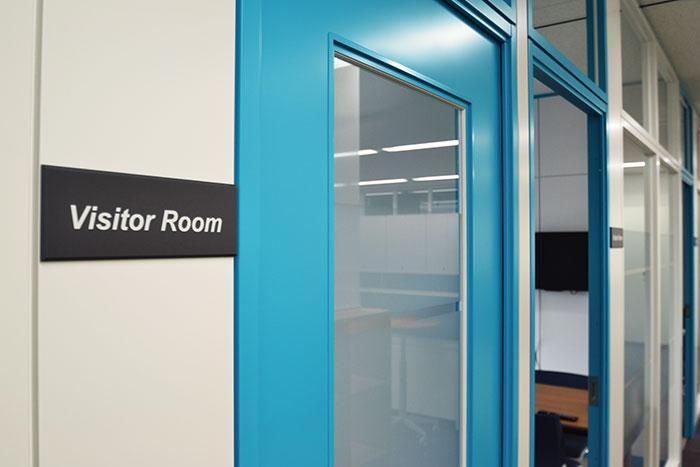 企業ロゴやカラーを使ってブランディング 一体感のあるオフィスデザイン事例