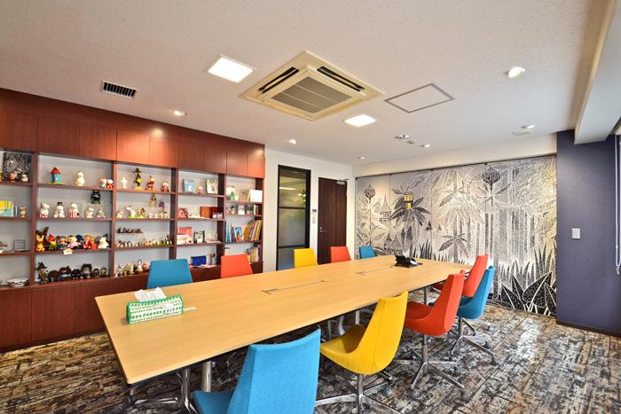 """多種多様な""""壁面グラフィック""""でオフィスのイメージを自由に変える方法"""