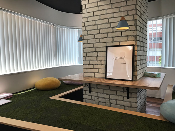 ネオンサイン・黒天井・レザーソファ等…かっこいいオフィスデザイン事例