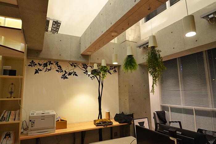 吹き抜け空間を生かした遊び心溢れるオフィスデザイン