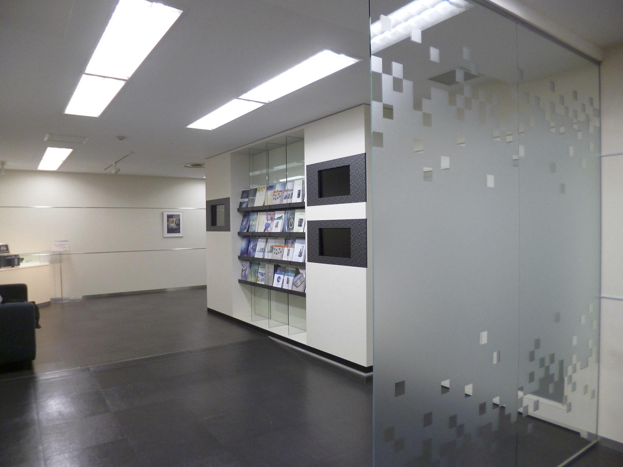 ガラスで透明感を表現した、企業ブランドを高めるオフィスリフォーム