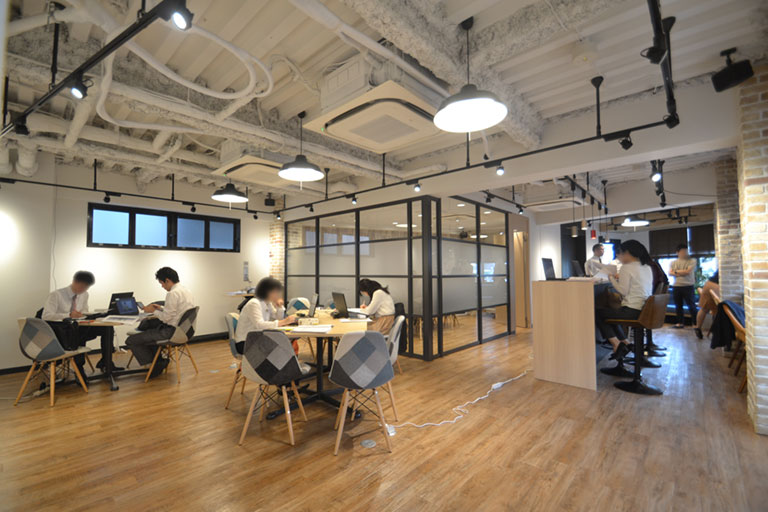 イメージはニューヨークに佇むカフェ…。お洒落で開放的なオフィスデザイン