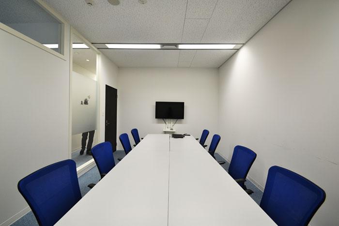 """企業の信頼を深めるカラー""""白""""を基調とした、透明感のあるオフィス"""