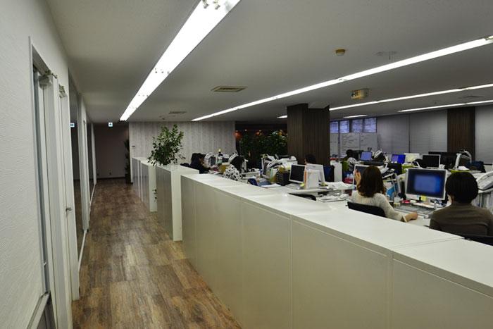 古材を使ったワイルドな装飾がカッコイイ、スタイリッシュオフィス