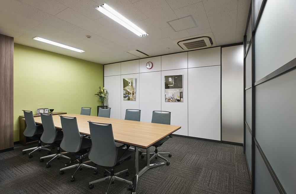 【際立つ和モダンなエントランス】信頼感が湧く落ち着いたオフィスデザイン