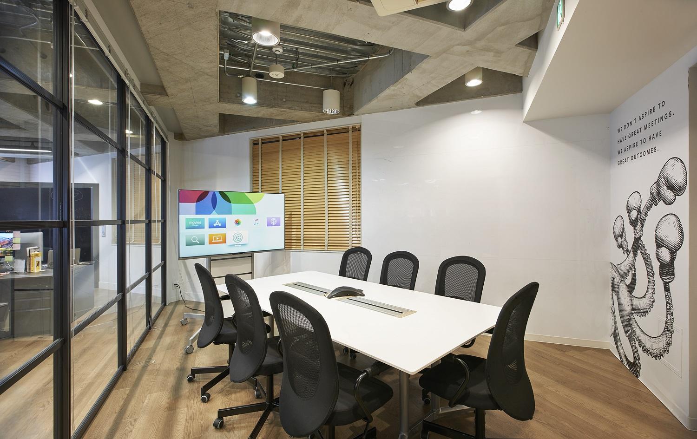 壁に描かれたグラフィックデザインがおしゃれ!開放感溢れるワンフロアオフィス