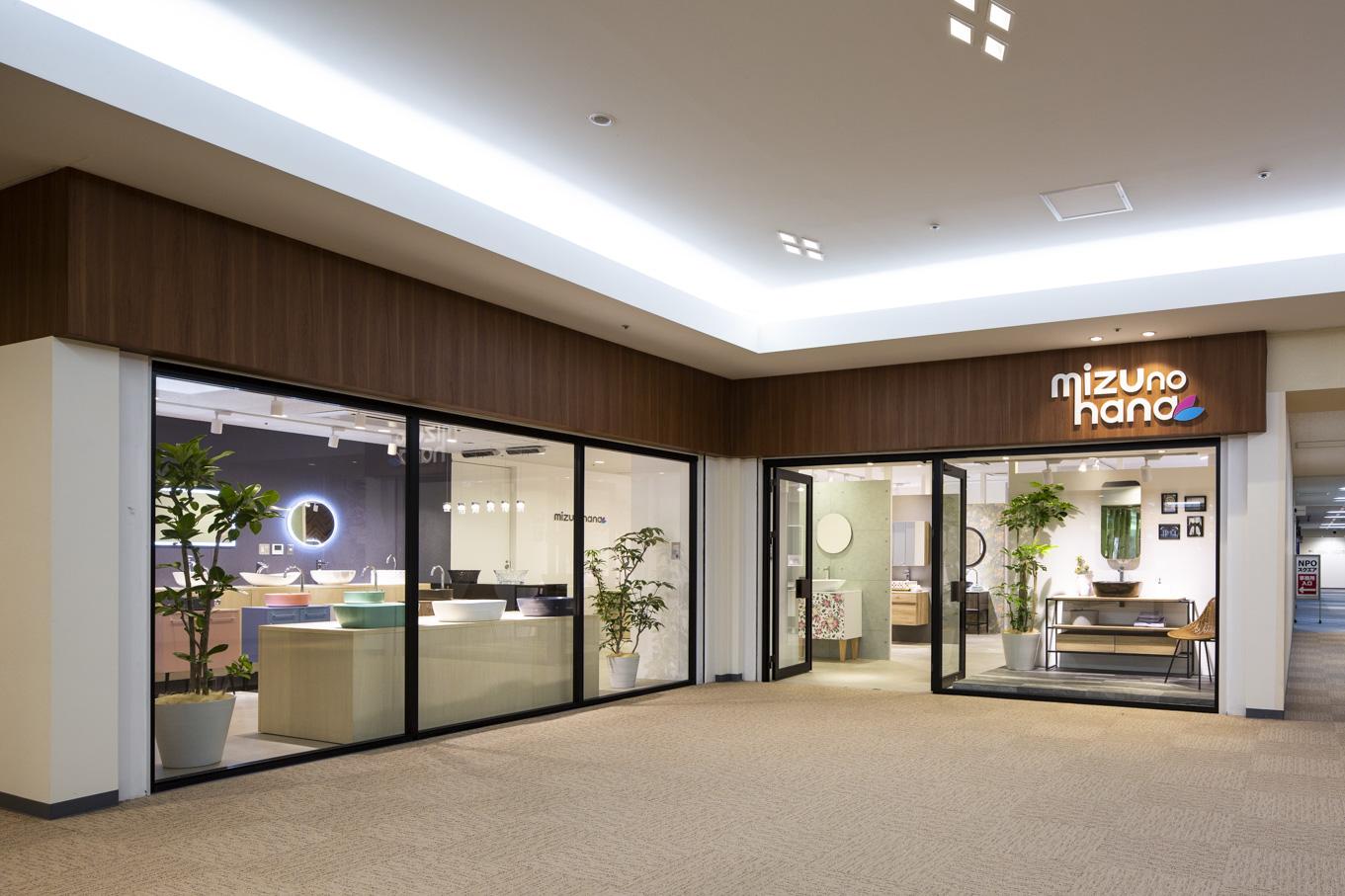 商品を際立たせる、シンプルで機能性の高い内装のショールームデザイン事例