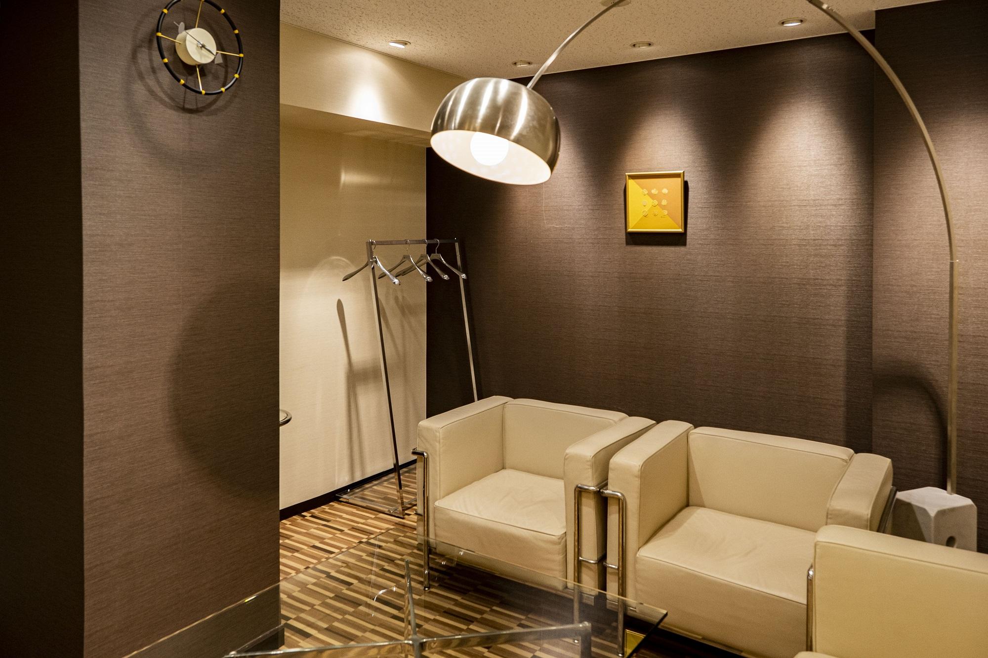 多目的ルームを中心に伝統と革新を表現したオフィスデザイン事例