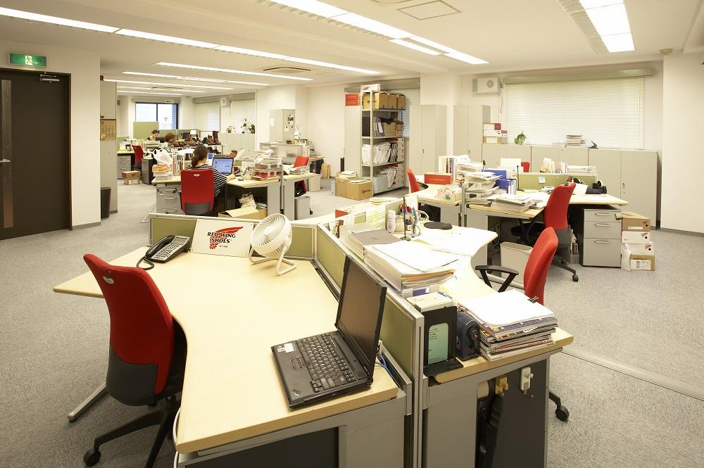 古材とレザーを使ったヴィンテージテイストのオフィスデザイン事例