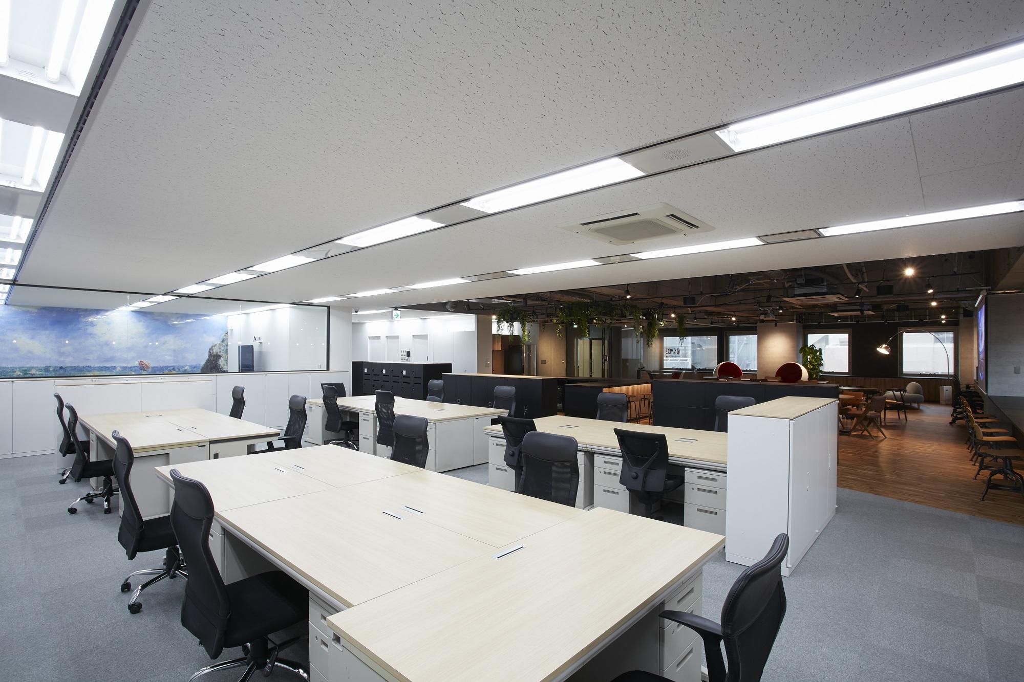 ワンフロアを間仕切りなしでコーナー分けしたオフィスデザイン事例