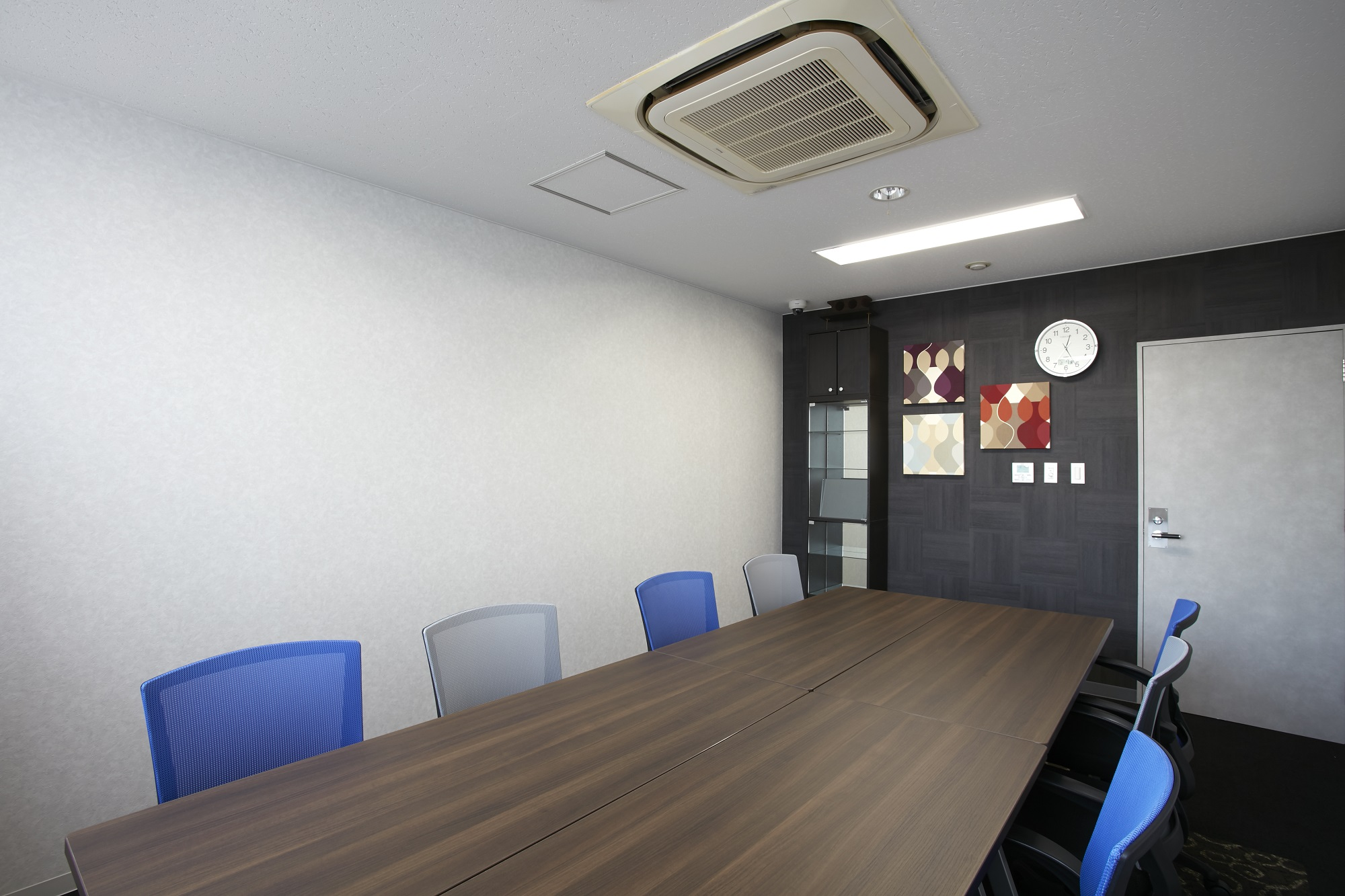 大きな2面窓で開放的!おしゃれな社長室も必見なオフィスデザイン事例