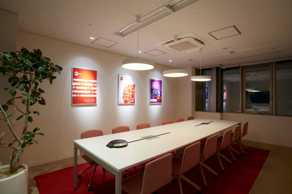 鮮やかなコーポレートカラーとナチュラルな配色がおしゃれな外資系オフィスデザイン事例