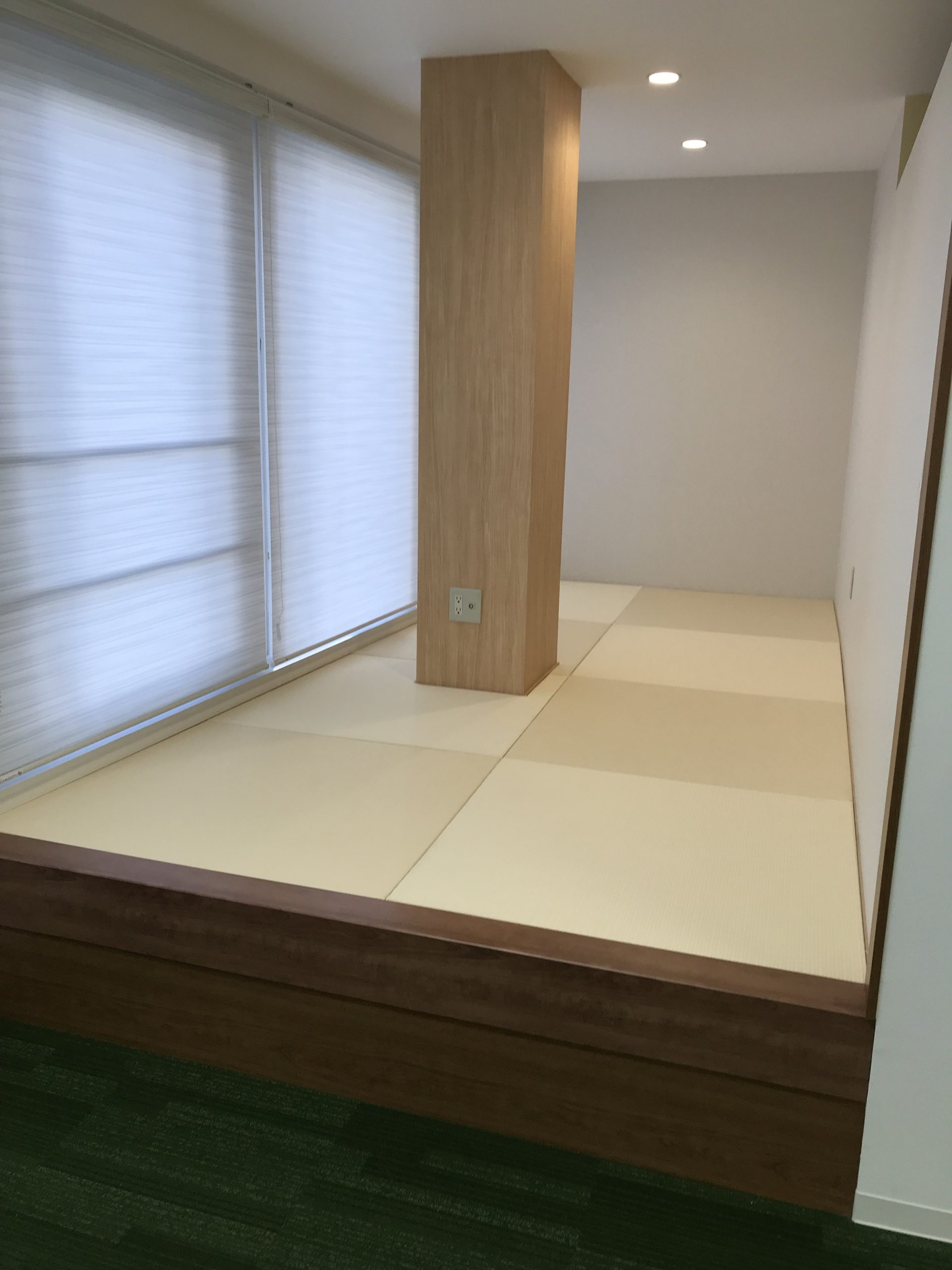 グリーンで開放的!内科クリニックの休憩スペースデザイン事例