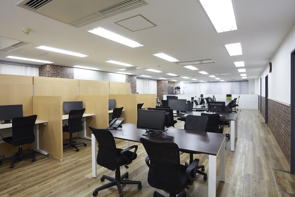 ナチュラルテイストが◎社員のハブスポットとなるオフィスデザイン事例