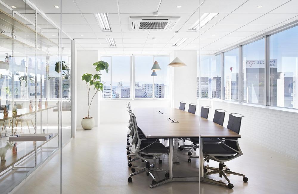 ガラスと光とグリーンと…心までオープンになるオフィスデザイン事例