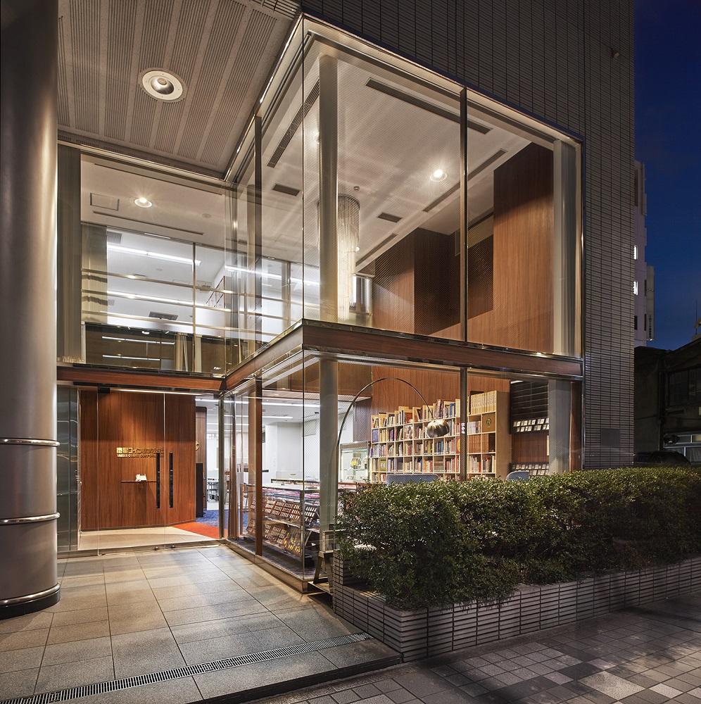 コインが映える!上品な木目色が基調の店舗兼オフィスデザイン事例