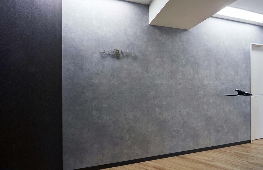 保護中: モルタル調の壁が特徴的 スタイリッシュなオフィスデザイン事例